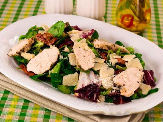 Салат с вялеными помидорами, куриным филе и пармезаном