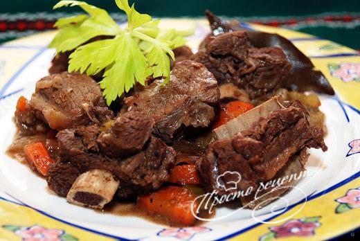 Тушеная говядина с овощами и ароматными специями