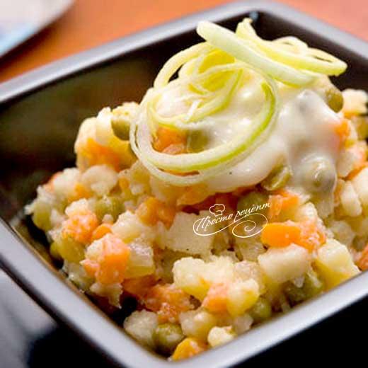 Салат из овощей с яблочным соусом