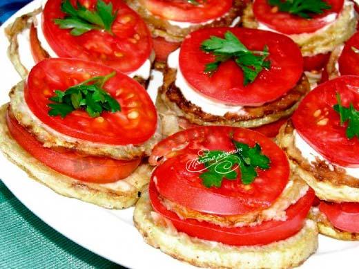 Жареные кабачки с помидорами и перцем