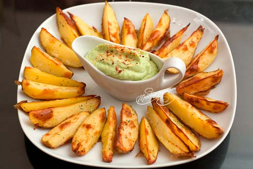 Печеный картофель с соусом из авокадо