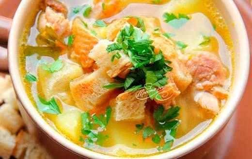 Гороховый суп с гренками и копченостями