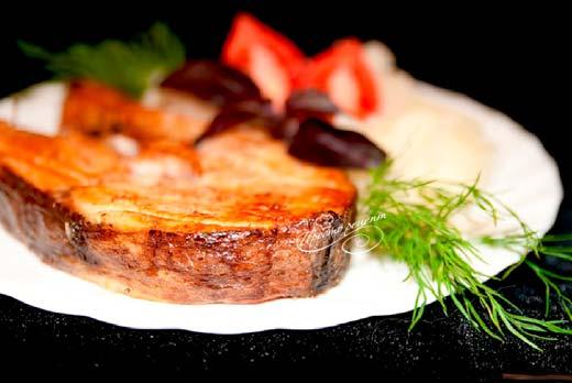 Жареная белуга под орехово-томатным соусом