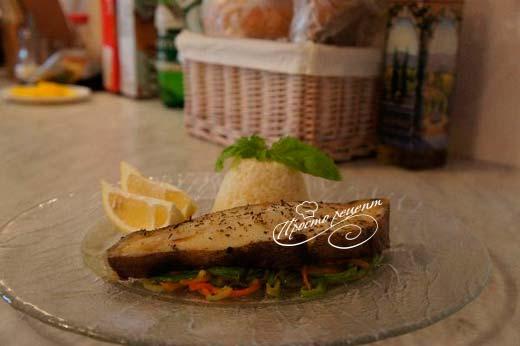 Палтус, запеченный на овощной подушке