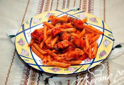 Паста с кетой под томатным соусом