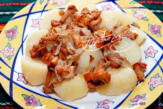 Картопля з лисичками на сковороді