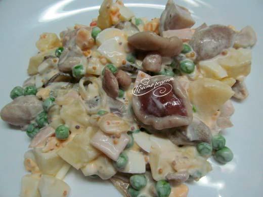 Салат з маринованими маслятами