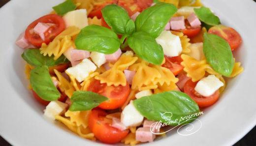 Італійський салат з макаронами і шинкою