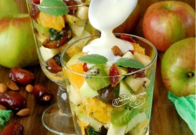 Фруктовий салат з фініками і горіхами
