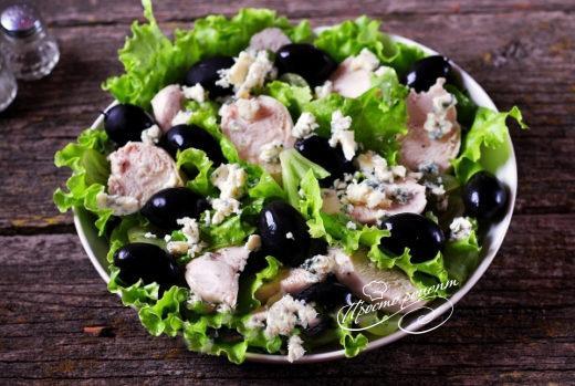 Салат из винограда с курицей и голубым сыром