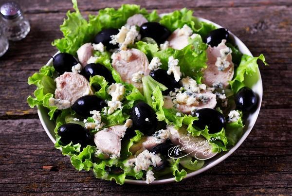 Салат з винограду з куркою і блакитним сиром