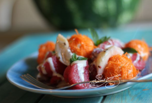 Салат із кавуна з морквяно-сирними кульками