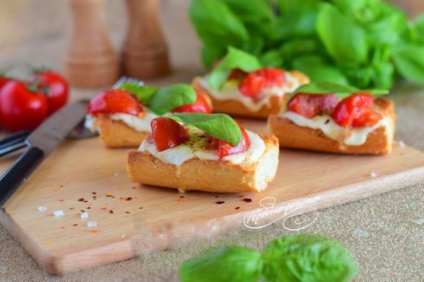 Брускетта з помідорами чері і моцарелою