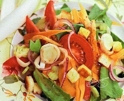 Овощной салат с сельдереем и гренками