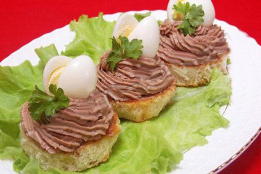 Бутерброды с куриным паштетом и перепелиными яйцами