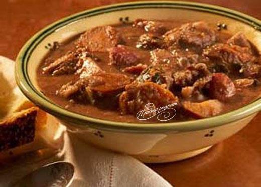Тушеная говядина с соусом из красной смородины