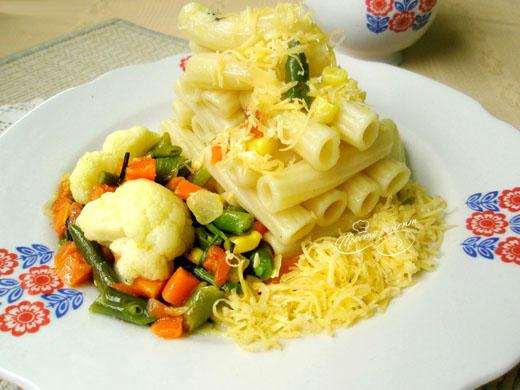 Макароны с овощной смесью