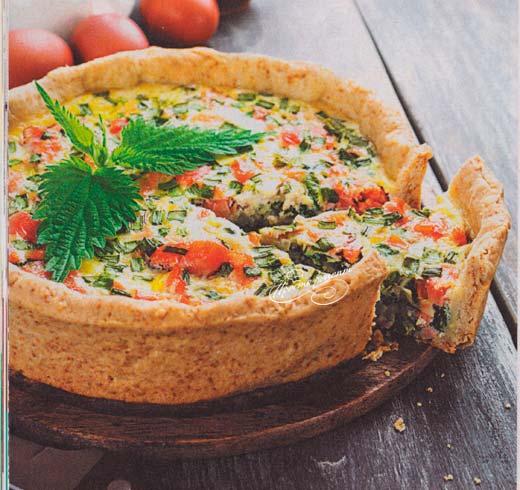 Открытый пирог с копченой рыбой и зеленью