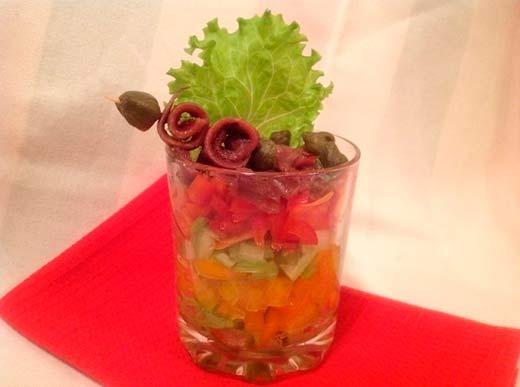 Салат с анчоусами слоеный