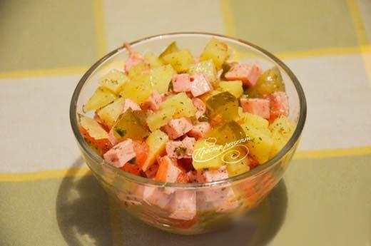 Салат с огурцом и колбасой
