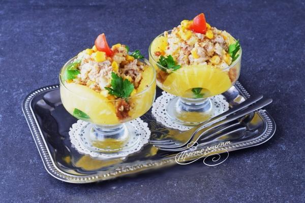Салат з куркою, ананасами і волоськими горіхами