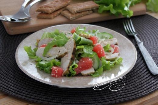 Салат с курицей, огурцом и грейпфрутом