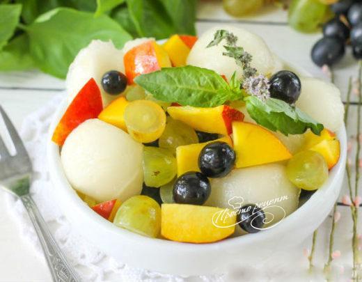 Салат з динею, персиками, виноградом і медом