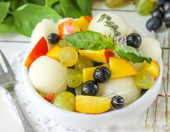 Салат с дыней, персиками, виноградом и мёдом