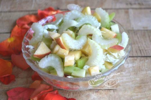 Салат з фруктами і селерою
