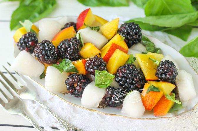 Салат из дыни, ежевики и нектаринов с базиликом
