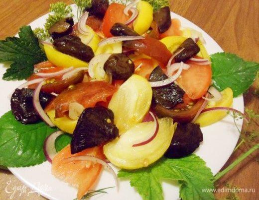 Салат из соленых грибов, помидоров и красного лука