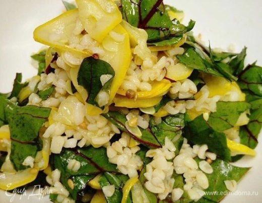 Салат с мангольдом, перловкой и грушей