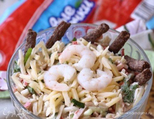 Салат с крабовыми палочками, грушей и креветками