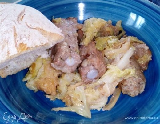 Тушеная капуста со свиными ребрышками и колбасками