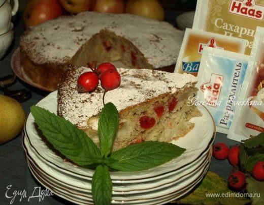 Грушево-яблочный пирог с вяленой вишней и пряностями