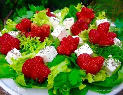 Салат с клубникой и сыром фета