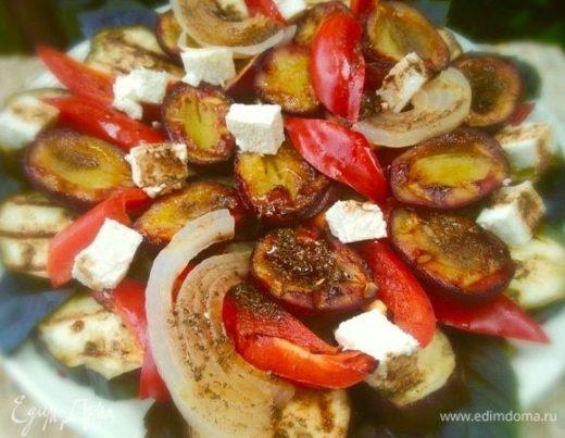 Гриль-салат с овощами, сливами и фетой