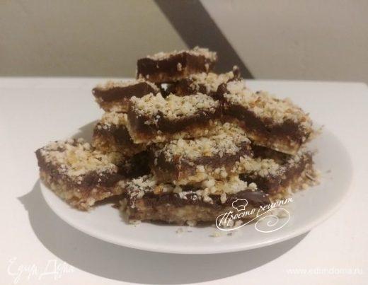 Батончики ореховые с финиками и горьким шоколадом