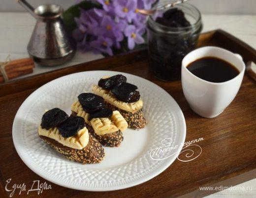 Тосты с бананом и пряным черносливом