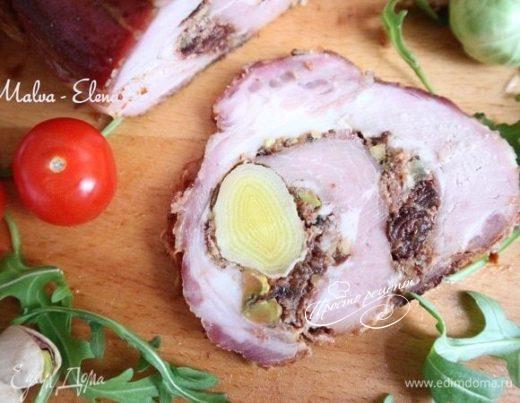 Рулет из свинины с вяленой брусникой и пореем