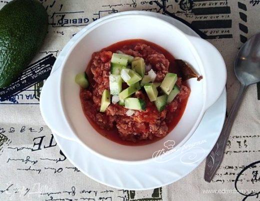 Чили кон карне (Chili con carne) с сальсой из авокадо