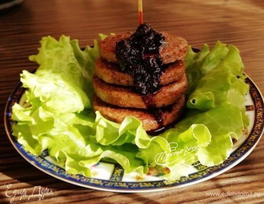 Печеночные оладьи с соусом из черники