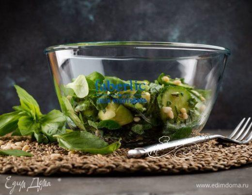 Зеленый салат с авокадо и кедровыми орешками