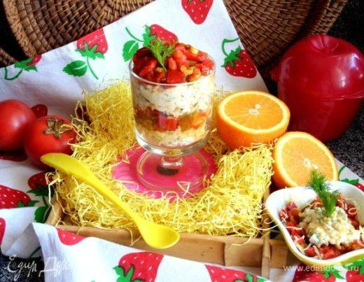 Яичный салат под томатной шапочкой