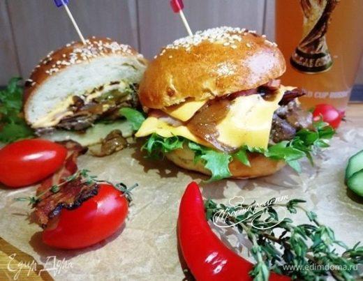 Чизбургер с говядиной и карамелизированным луком