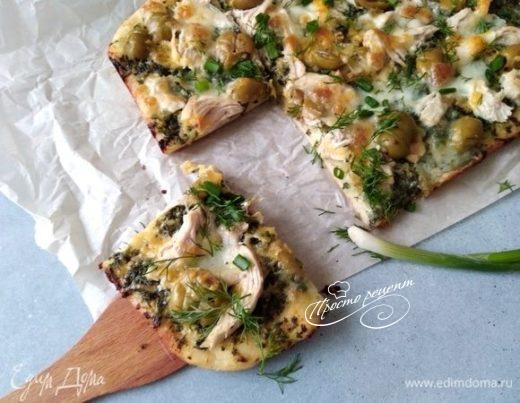Пицца с зеленым соусом, курицей и моцареллой