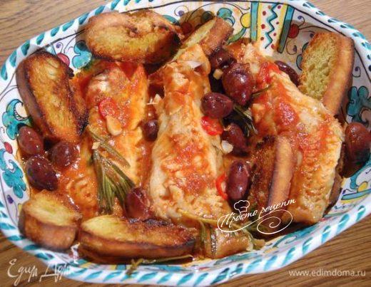 Морской окунь, томленный в томатном соусе с розмарином и оливками