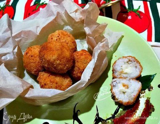 Чесночные аранчини по-сицилийски с моцареллой и томатным соусом песто