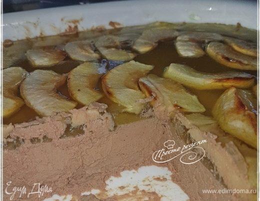Террин из утиной печени с яблоками в галантине