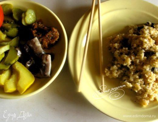 Жарено-тушеный рис с белыми грибами в сковородке